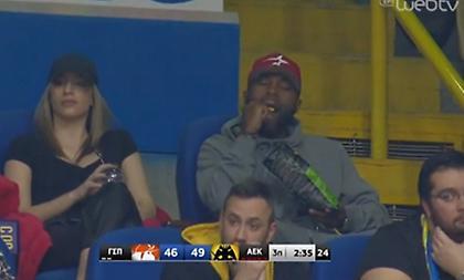 Ο Ράις είδε το Περιστέρι-ΑΕΚ τρώγοντας πατατάκια (video)