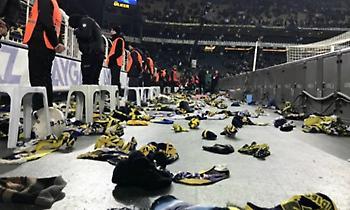Καταπληκτική κίνηση: Οπαδοί της Φενέρ πέταξαν κασκόλ και γάντια για τους σεισμόπληκτους (video)