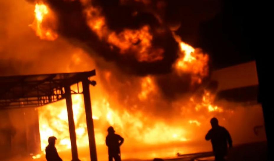 Θεσσαλονίκη: Υπό μερικό έλεγχο η φωτιά σε εταιρεία γεωργικών μηχανημάτων στη Σίνδο