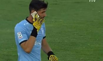 Εκτόξευσαν κινητό σε ποδοσφαιριστή και εκείνος... απάντησε στην κλήση! (video)