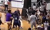 Πολύ ξύλο σε αγώνα του NCAA για μία… χειραψία!