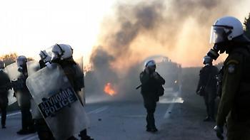 Επεισόδια στα νησιά: 43 τραυματίες αστυνομικοί στη Λέσβο - 8 τραυματίες στη Χίο