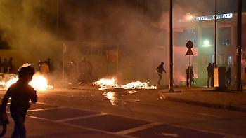Λέσβος: Υπό πολιορκία οι δυνάμεις των ΜΑΤ στο στρατόπεδο Κυριαζή