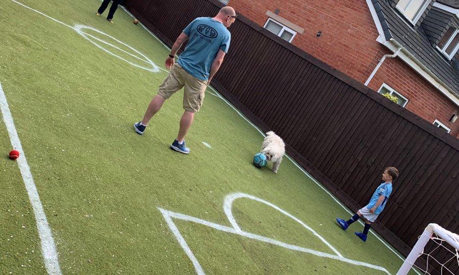 Πατέρας-υπόδειγμα: Μετέτρεψε την αυλή σε γήπεδο για να παίζει μπάλα ο γιος του (pics)
