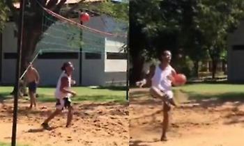 Απτόητος ο Ροναλντίνιο: Παίζει ποδοβόλεϊ στη φυλακή! (video)