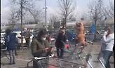Ιταλός ντύθηκε... δεινόσαυρος, περίμενε στην ουρά και ψώνισε στο σούπερ μάρκετ (video)