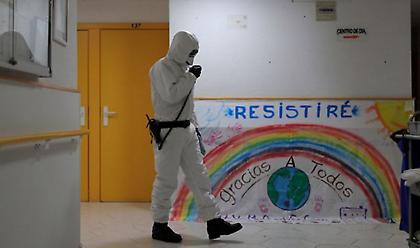 """Ισπανία: Πάνω από 8.400 νεκροί - """"Βλέπουμε τον ένα ασθενή μετά τον άλλο να πεθαίνουν"""""""