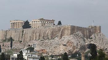 Μεσίστια η σημαία στην Ακρόπολη στη μνήμη του Μανώλη Γλέζου
