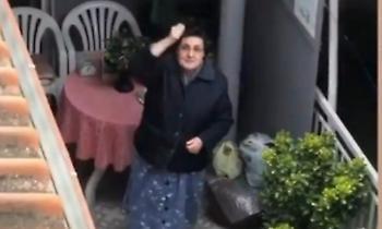 ΠΑΟΚτζού γιαγιά φωνάζει σύνθημα στο μπαλκόνι! (video)