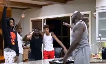Ντι τζέι ο Σακ, χορεύουν οι γιοι του! (Video)