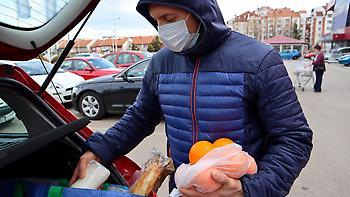 Ο «πόλεμος της μάσκας»: Πόσο προστατεύει τελικά από τον κορωνοϊό;