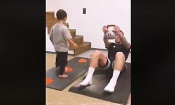 Ο Γκιλιέρμε μένει σπίτι και απολαμβάνει χαρούμενες στιγμές με τον γιο του (video)