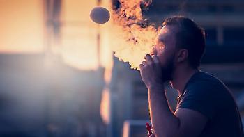 Κορωνοϊός: Περισσότεροι από ποτέ οι λόγοι για νακόψετε το κάπνισμα (και το άτμισμα)