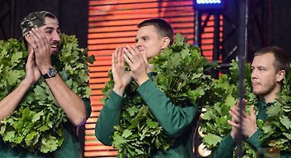 Τους φόρεσαν… στεφάνια στη Λιθουανία! (pics/video)