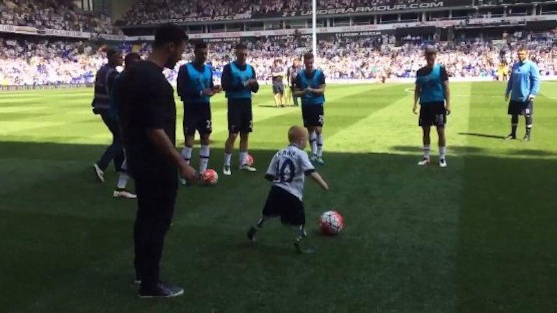 Έπαιξε μπάλα με παιδί με προσθετικά μέλη ο Ντεμπελέ (video)