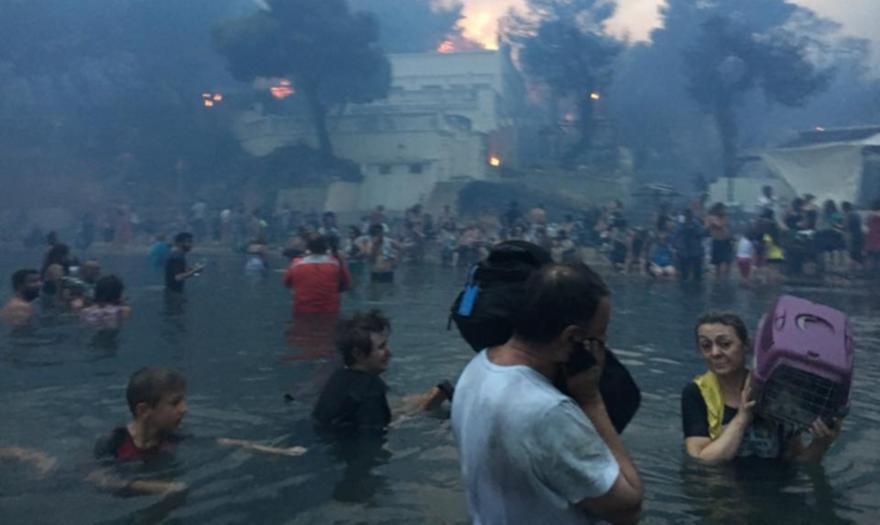Συγκλονιστικό ντοκουμέντο -Ανθρωποι στη θάλασσα την ώρα της φωτιάς στο Μάτι (pics/vids)
