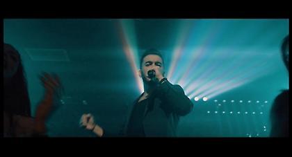 Ο Κωνσταντίνος Κουφός δηλώνει «Γνήσιο αρσενικό» (Official Music Video)