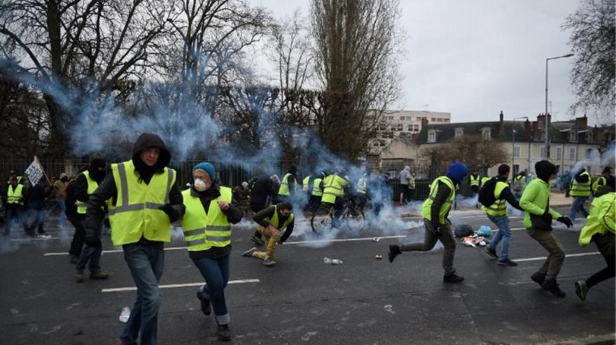 Κίτρινα Γιλέκα: Επεισόδια, πετροπόλεμος και χημικά στην Αψίδα του Θριάμβου