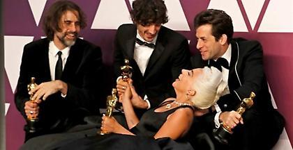 Σε περιπέτειες η Lady Gaga και το «Shallow»