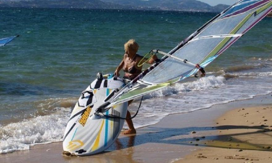 Ωραία «τρελή»: Η 81χρονη Κεφαλονίτισσα που θα κάνει τον διάπλου Κυλλήνη-Σκάλα με windsurf