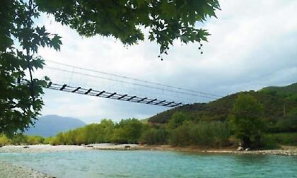 Αυτή είναι η πιο περίεργη γέφυρα στην Ελλάδα (vid)