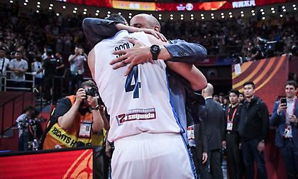 Συγκίνηση: Η μεγάλη αγκαλιά του Τζινόμπιλι στον… γίγαντα Σκόλα! (video)