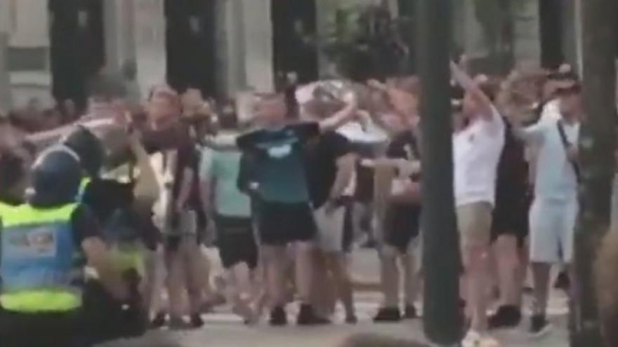 Παρατράγουδα και συλλήψεις Άγγλων στην Πράγα (video)