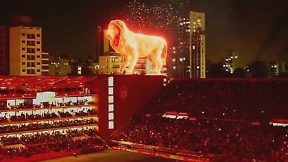 Απίστευτο θέαμα με το «πύρινο λιοντάρι» στην επιστροφή της Εστουδιάντες στο γήπεδό της (video)