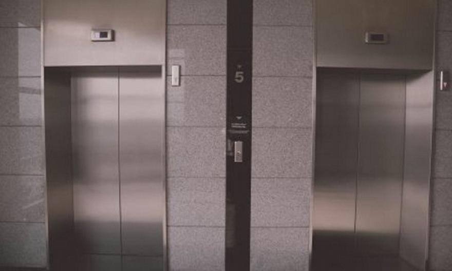Αυτό είναι το κόλπο για να μην σταματάει ασανσέρ σε κάθε όροφο ακόμη και αν το έχουν καλέσει