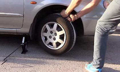 Αυτό είναι το κόλπο για να βάλεις μπρος το αυτοκίνητο όταν μείνεις από μπαταρία