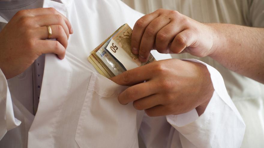 Κρήτη: Γιατρός συνελήφθη με το... φακελάκι ανά χείρας