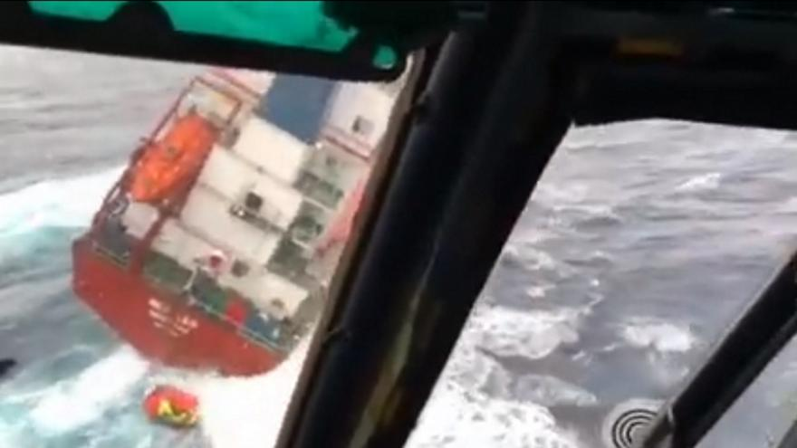 Το βίντεο από τη δραματική διάσωση του πληρώματος του ακυβέρνητου πλοίου στη Λέσβο