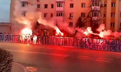 Συμπαράσταση με καπνογόνα έξω από νοσοκομείο από Ρουμάνους οπαδούς (video)