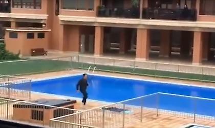 Επικό βίντεο: Ποδοσφαιριστής κάνει πρόγραμμα γυμναστικής για συγκρότημα κατοικιών