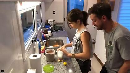 ΕΠΟΣ: Τύπος κάνει… ποδοσφαιρική περιγραφή το σοκολατούχο γάλα που φτιάχνει η κόρη του! (video)
