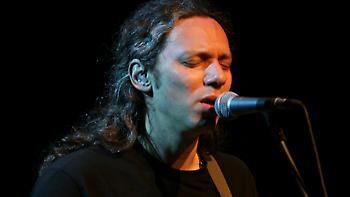 Τραγούδι ελπίδας από τον Αλκίνοο Ιωαννίδη με αναφορά στον Τσιόδρα (video)