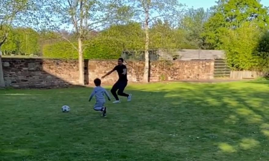 Ο Λόβρεν προπονείται κάνοντας τάκλιν στον γιο του!