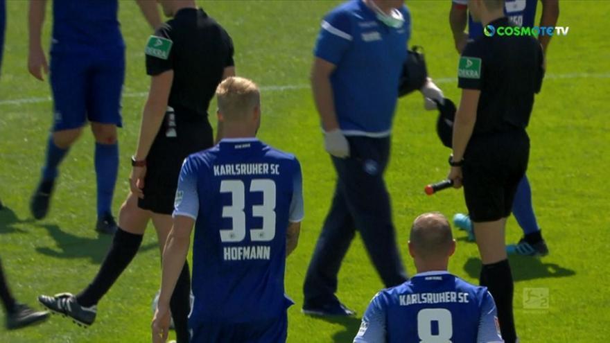 Ούτε χέρια, ούτε αγκώνες: Με τα πόδια χαιρέτησαν τους παίκτες οι διαιτητές στην Καρλσρούη