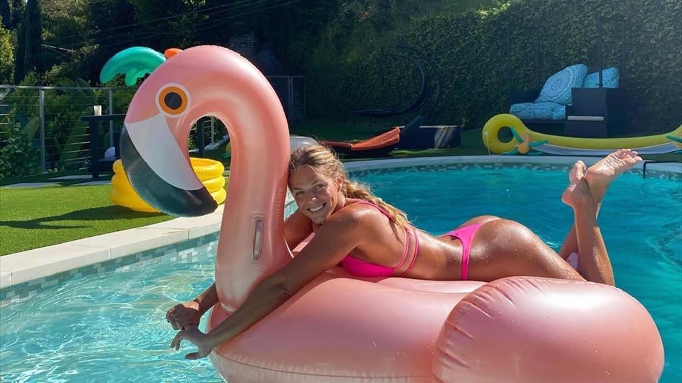 Η «καυτή» πόζα της Εφίμοβα στην πισίνα της (pics)