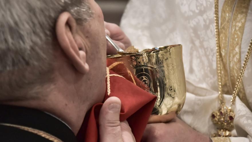 Να εξηγήσει τις απόψεις του για τη Θεία Κοινωνία, καλείται ο Κρητικός ιερέας