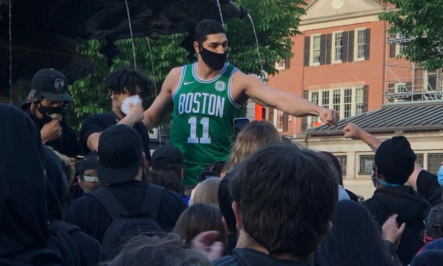 Ο Καντέρ στις διαδηλώσεις της Βοστώνης: «Είμαι στη σωστή πλευρά της ιστορίας» (video)