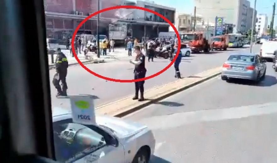 Φορτηγό εξετράπη της πορείας του στην Πειραιώς μπήκε σε μαγαζί