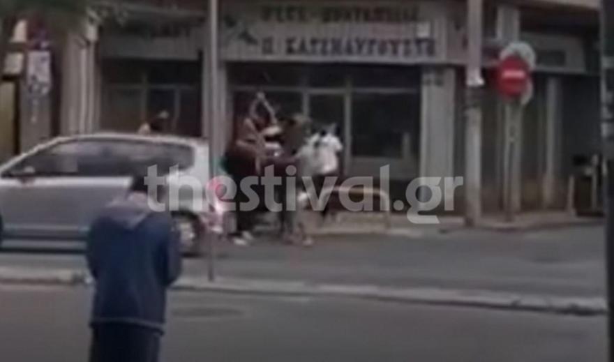 Βίντεο από επίθεση σε άνδρα στη Θεσσαλονίκη - Τον χτυπούν με ραβδιά στο δρόμο