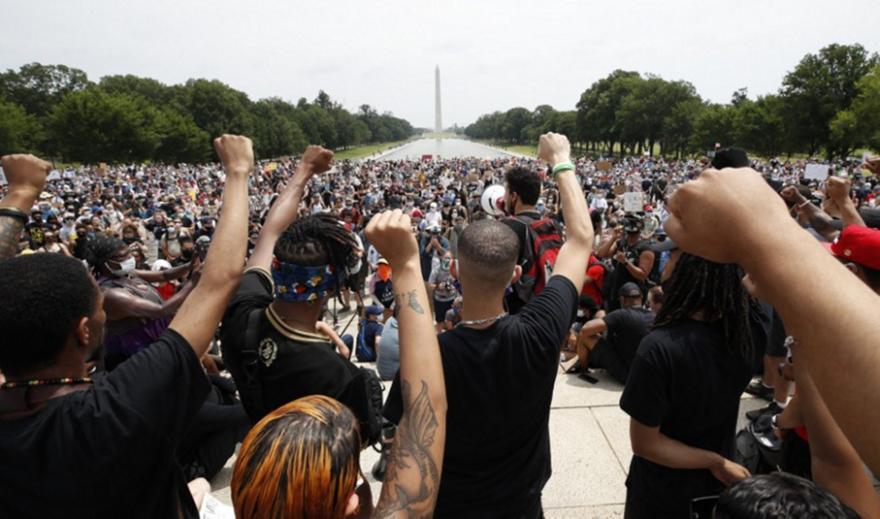 Ουάσινγκτον: Χιλιάδες διαδηλωτές σε αντιρατσιστικές κινητοποιήσεις για την δολοφονία Φλόιντ