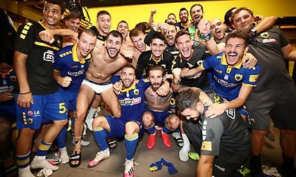 Το πανηγύρι των παικτών της ΑΕΚ στα αποδυτήρια του «Βικελίδης» (pics)