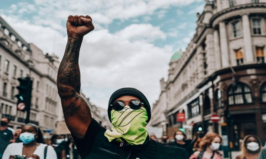 Χάμιλτον: Εξαπολύει «πυρά» κατά του Έκλεστοουν για τα ρατσιστικά του σχόλια