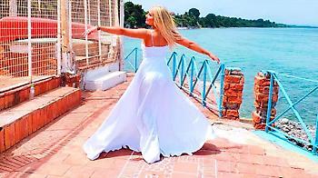 Έλενα Μπάση: Το ξεσηκωτικό της «Έλα Να Πάμε Σε ένα Μέρος» με την υπογραφή Valentino μας ταξιδεύει