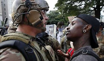 Κολοράντο: Απόλυση αστυνομικών που χλεύαζαν Αφροαμερικανό που πέθανε στα χέρια της αστυνομίας