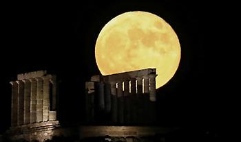 Μαγικές εικόνες από το φεγγάρι του «κόκκινου ελαφιού»