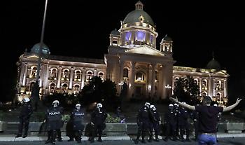 Σερβία: Διαμαρτυρίες για το lockdown - Διαδηλωτές εισέβαλαν στην βουλή